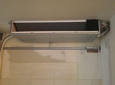 Instalacja klimatyzacji w mieszkaniu – klimatyzator kanałowy zabudowany w meblach
